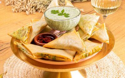 Vegetarische samosa's met yoghurt kruidendip